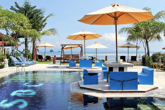 Bali Shangrila Beach Club: Dining by the pool and overlooking the beach.