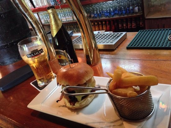 The Hole in the Wall : Burger & chips, with large Bulmers.