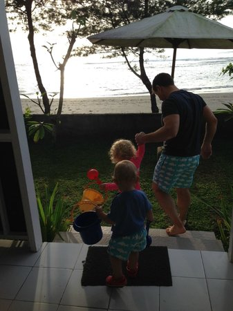Villa Puri Purnama: Off to the beach with the kids from the beachfront/family suite