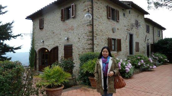 La Fonte del Machiavelli: my wife in front of the hotel