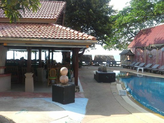 Chalala Samui Resort : piscine et resto de l'hotel. plage juste devant