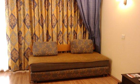 Crowne Plaza Dead Sea: Sofa and curtains
