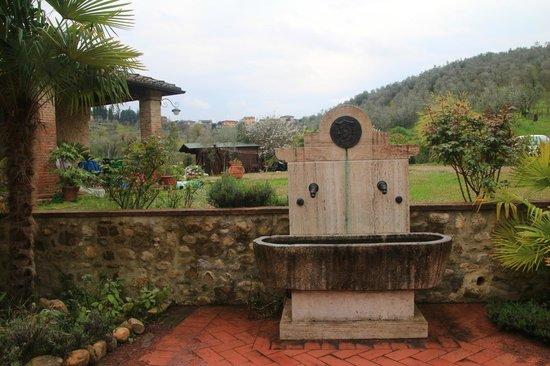 La Fonte del Machiavelli: Stone Fountain in front of the hotel