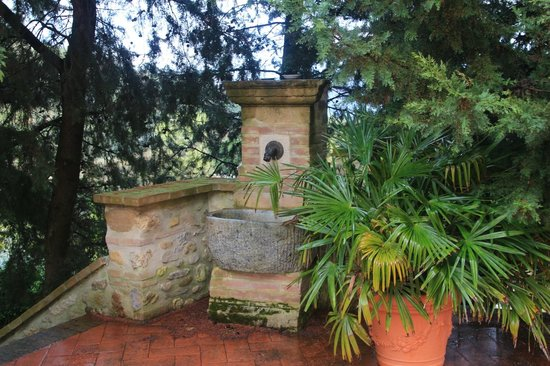 La Fonte del Machiavelli: Stone Fountain in the garden