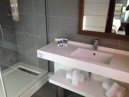 Mercure Lyon Centre - Gare Part Dieu : Salle de bain stylée
