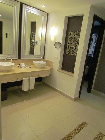 Hard Rock Hotel & Casino Punta Cana: Master bath in presidential suite 200