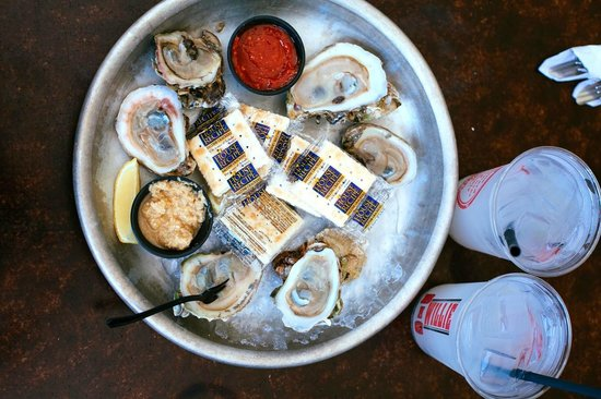 Willie T's : oysters with crackers