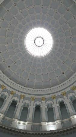 Museo Nacional de Arqueología de Irlanda: The amazing roof as you enter the building