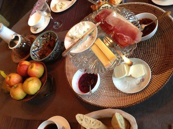 Le Clos Bourdet: 毎朝、焼きたてのパンが提供される朝食
