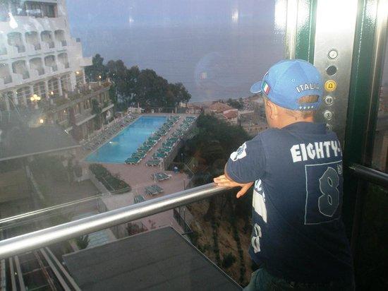 Hotel Antares: Вид из лифта на бассейн и море