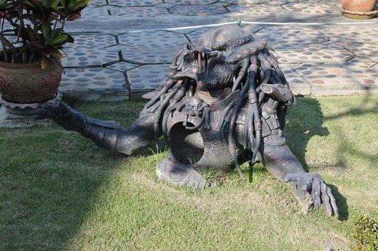 Wat Rong Khun: Predator!