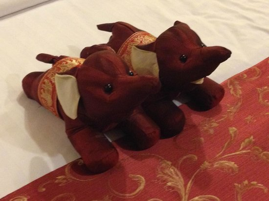 Mariya Boutique Residence at Suvarnabhumi Airport: Thai Elephants decorating our bed