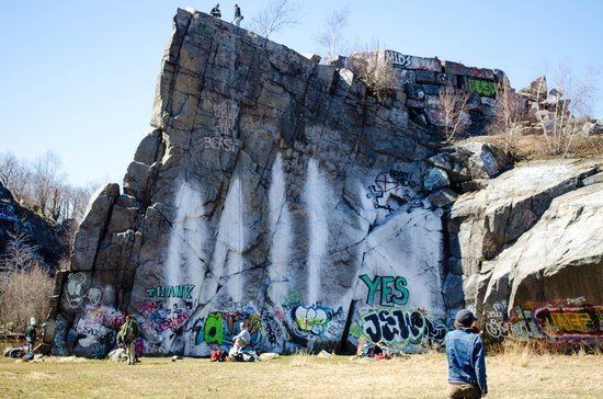 Quincy Quarries: Boulders of many sizes