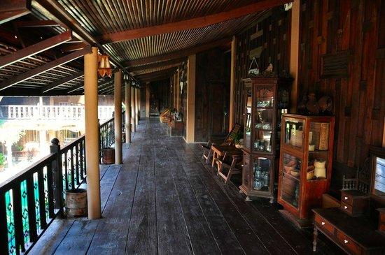 Ruean Thai Hotel: Rundgang mit Antiquitäten