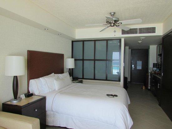 The Westin Lagunamar Ocean Resort Villas & Spa, Cancun : Bed and window into bathroom
