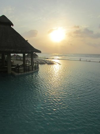 The Westin Lagunamar Ocean Resort Villas & Spa, Cancun : Pool and bar
