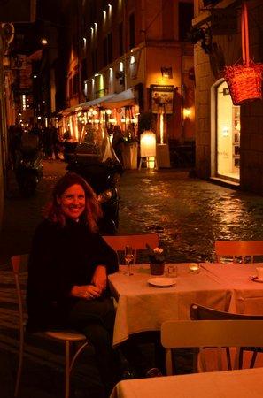Garibaldi Suites: la calle del hotel de noche- Via delle Carozze