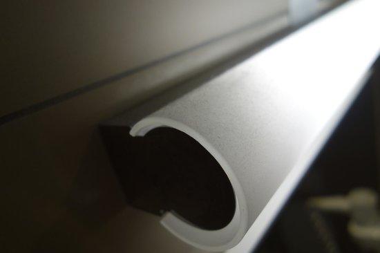 Hotel Iron Horse : Dust on lamp