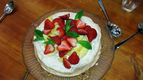 Howth Castle Cookery School: Meringue cake with strawberry and pineapple