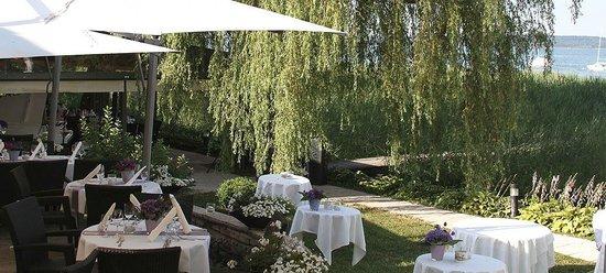 Cafe-Restaurant Seehaus: Blick auf die Terrasse am See