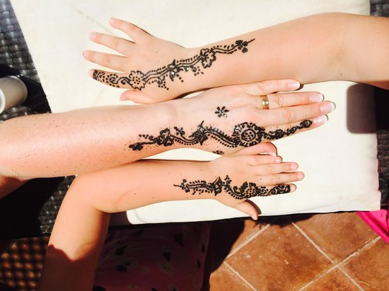 Pullman Marrakech Palmeraie Resort and Spa : Our Henna Tatto's that were done by the pool