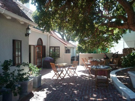 Rutland Lodge: Frühstücksplatz unter dem Baum