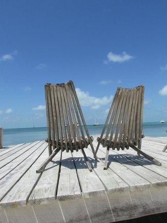 Iguana Reef Inn: Chairs on the pier