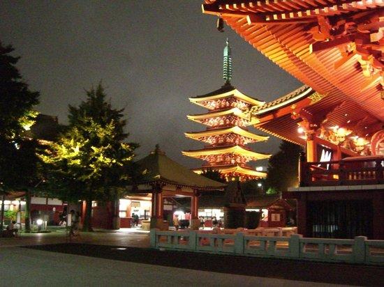 Hotel Kaminarimon: ライトアップされた浅草寺
