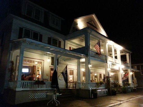 Fullerton Inn: Night view from outside