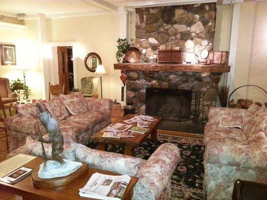 Fullerton Inn: lounge