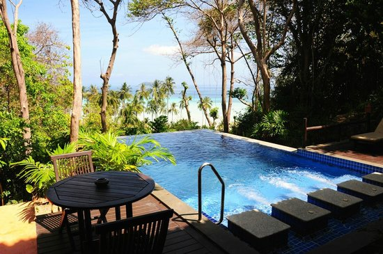 Phi Phi Island Village Beach Resort : Privater Pool mit Aussicht auf den Strand