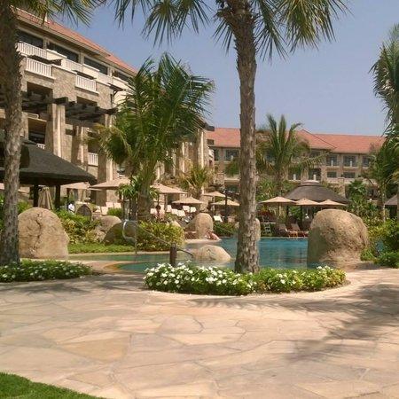 Sofitel Dubai The Palm Resort & Spa: Main pool area