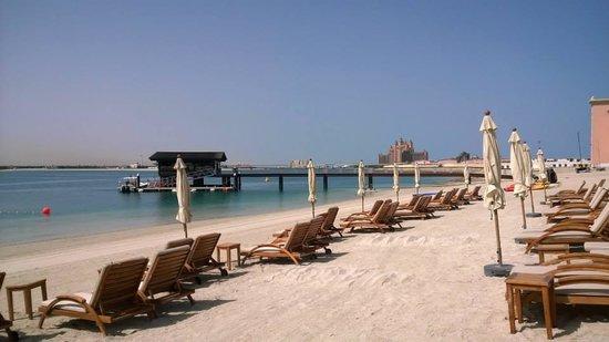 Sofitel Dubai The Palm Resort & Spa: Beach looking towards the Atlantis