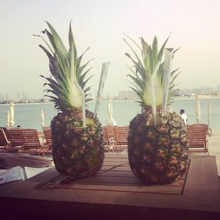 Sofitel Dubai The Palm Resort & Spa: Cocktails in pineapples in our beach Cabana