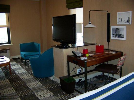Hotel Lincoln, a Joie de Vivre Hotel : TV and writing desk
