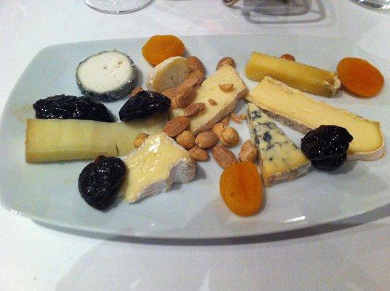 Château Hôtel Grand Barrail : A proper cheese course