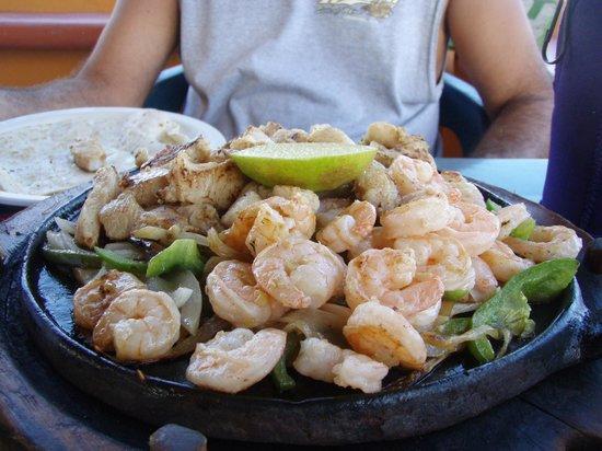 Senor Iguana: Shrimp and chicken fajitas