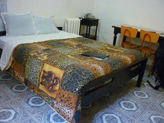 Grand Hotel de France: Ma chambre (noter le téléphone comme autrefois!)