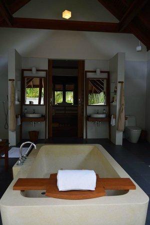Anantara Dhigu MaldivesResort: вид на комнату из ванной