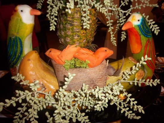 Palma Real Beach Resort & Villas: Colorful creations on display in dining area