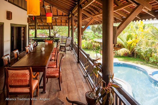 Alliance Tradition Villa - Charming Small Hotel : dining area, wooden balcony