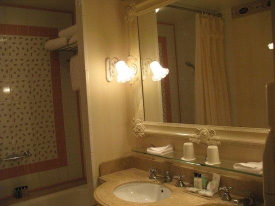 Disneyland Hotel: bagno della camera standard