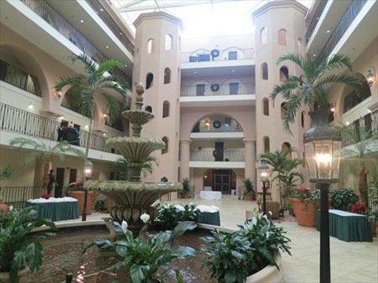 Embassy Suites by Hilton Charleston - Historic Charleston : A large attrium area
