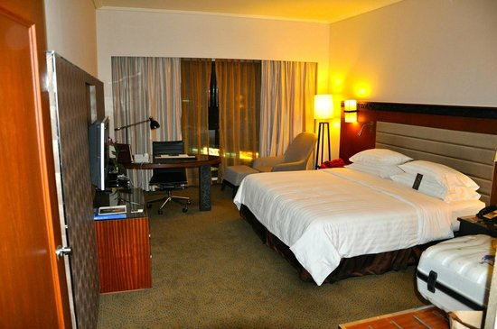 Royal Orchid Sheraton Hotel & Towers: Zimmer