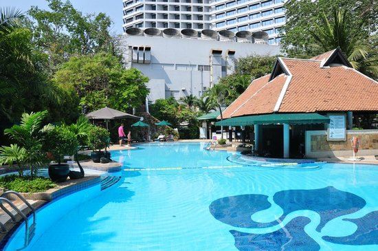 Royal Orchid Sheraton Hotel & Towers: Garten-Pool