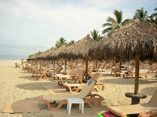 Paradise Village Beach Resort & Spa: Beach with lots of shade