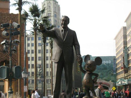Walt Disney Studios: statua di walt disney con topolino