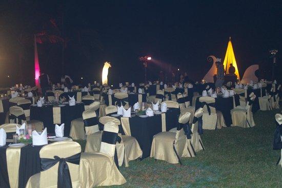 Ramada Caravela Beach Resort: в саду приготовления к рождественскому ужину