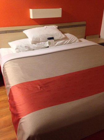 Motel 6 Altoona: Comfortable & large bed.