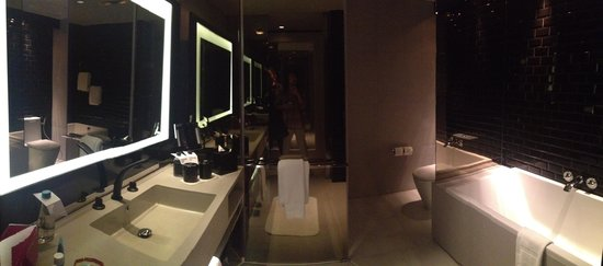 W Bangkok: Modern bathroom but a bit too dark